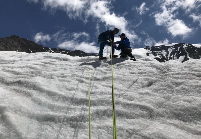 Drei Bergsteiger beim Basiskur Eis.