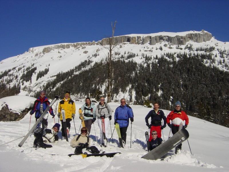 Skitourengeher auf einer Schneewechte bei strahlendem Sonnenschein bei der Tour Skisafari rund ums Tal.