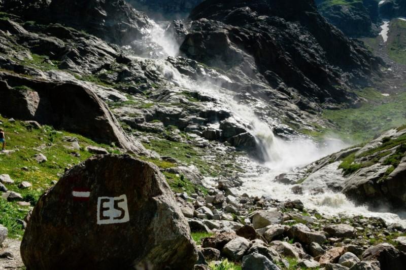Grenzstein bei der Alpenüberquerung