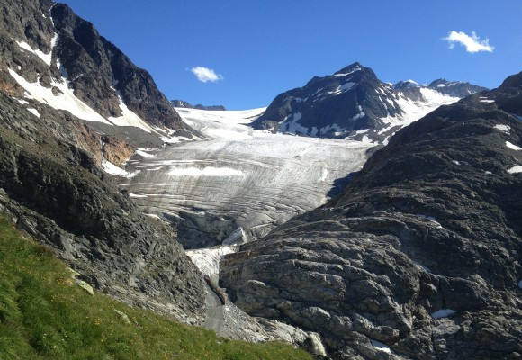 Im Vordergrund der schwindende Gletscher