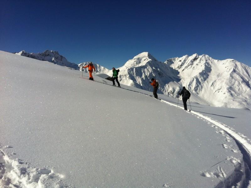 Berggipfel bei strahlendem Sonnenschein und wolkenlosem Himmel bei einer Tages-Skitour.