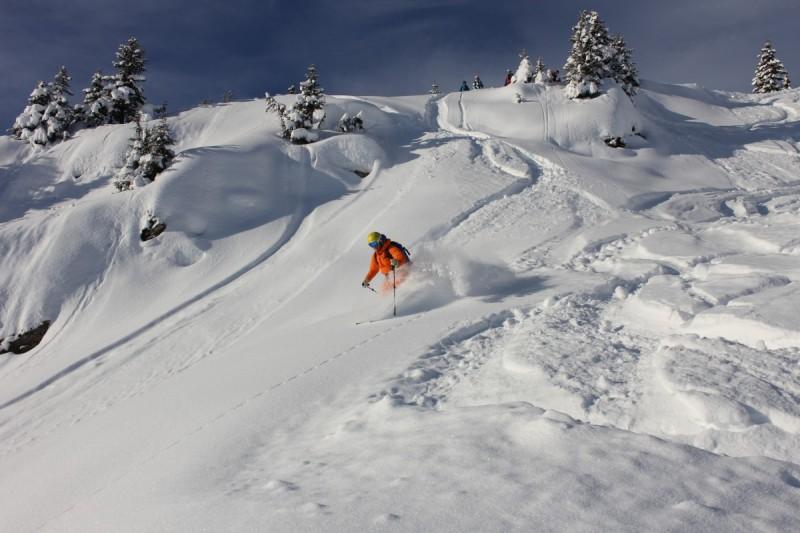 Skifahrer bei Freeride-Tour kurz vor der Abfahrt im Tiefschnee.
