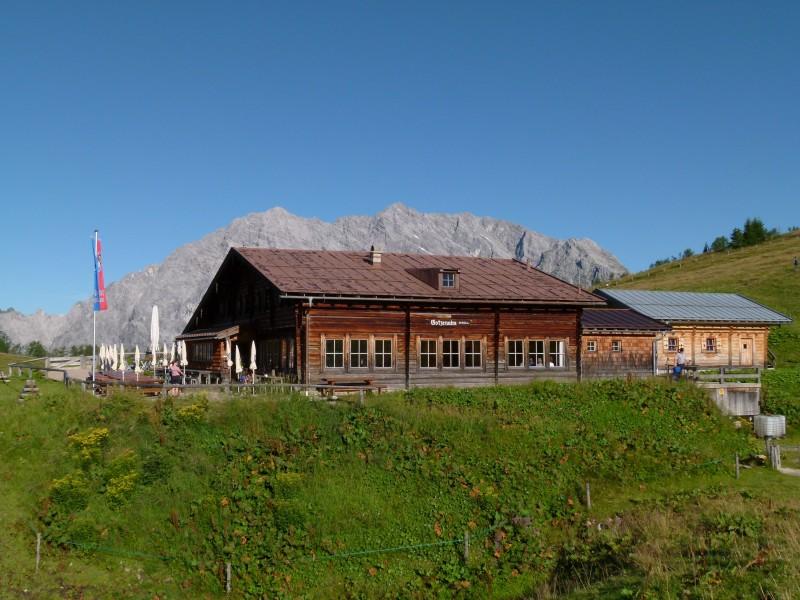 Gebirgssee inmitten der Alpen.