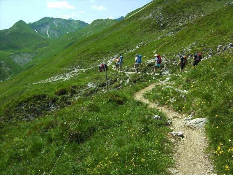 Der Wanderer genießt die Pause am Bergsee.