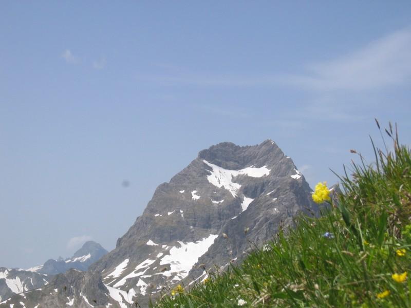 Der mysteriöse Berggipfel ragt aus den Wolker hervor.