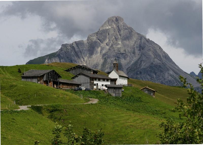 Der Guide erklärt den Wanderern die Besonderheiten der Berge.