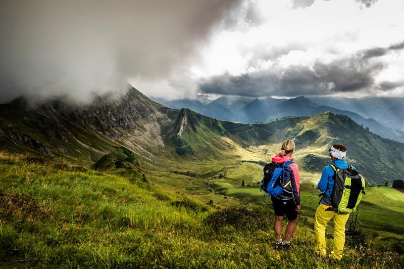 Wanderer ruhen inmitten der Bergkulisse.