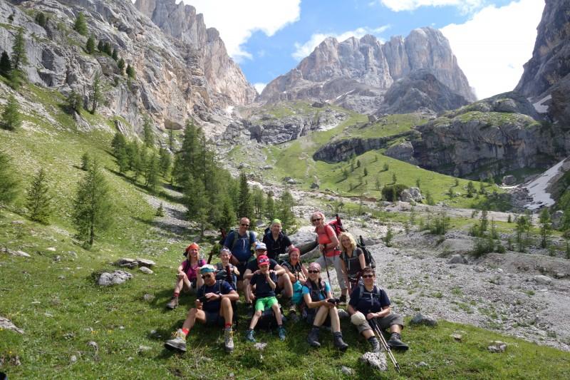 Auf dem Weg ist der Wanderer in den Dolomiten.