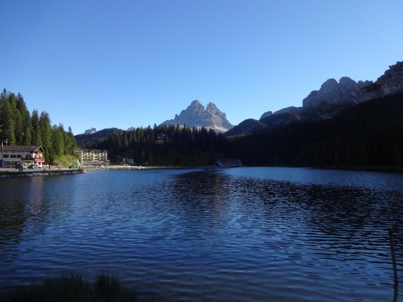 Die Berge sind grün bedeckt in den Dolomiten.