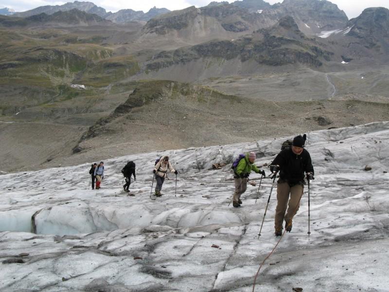 Wanderer machen Pause auf ihrem Weg in die Silvretta.