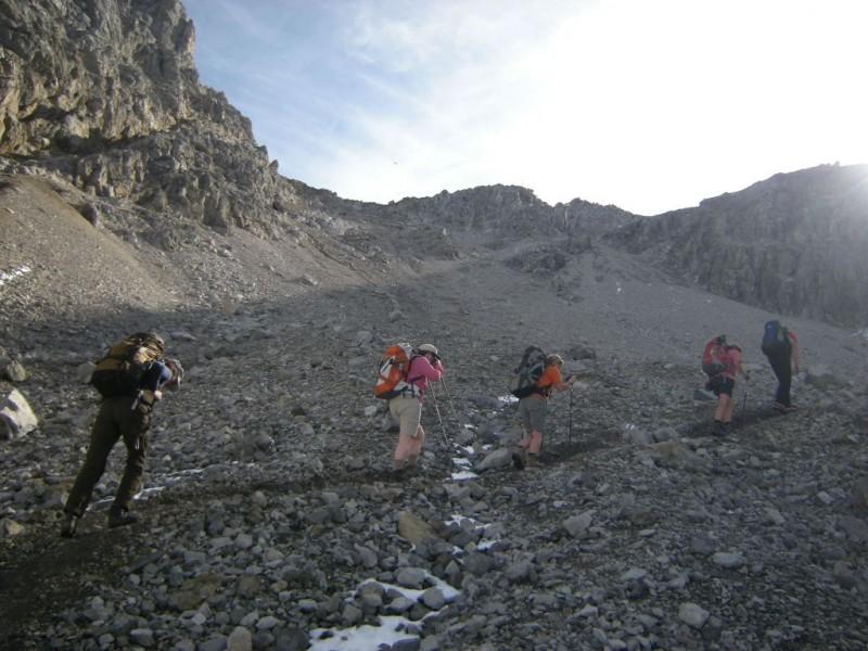 Wanderer gelangen im Nebel zur Hütte auf ihrer Silvretta Tour.