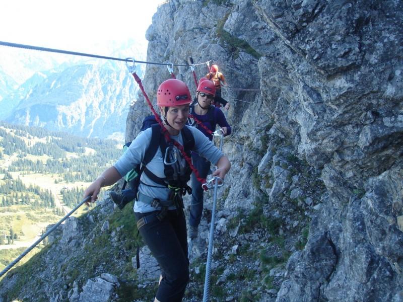 Mehrere Kletterer hängen in der Wand beim Klettern im Kleinwalsertal.
