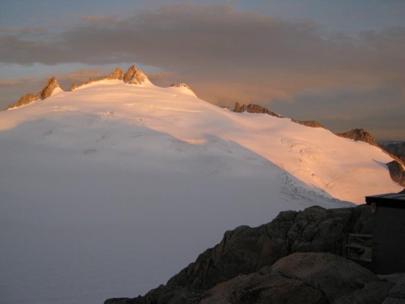Zwei Skitourengeher beim Aufstieg am Seil machen eine Pause bei der Tour Quer durch die Silveretta.
