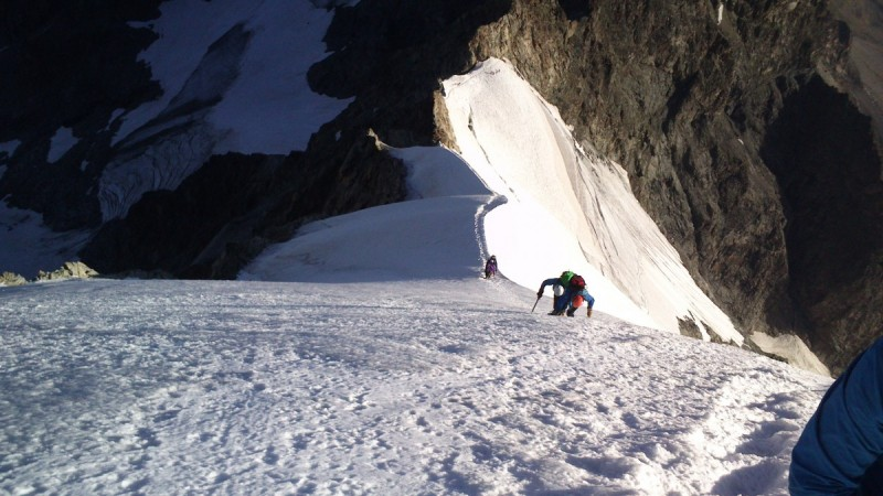Die Bergsteiger auf dem Kamm quer durch das Bernina.