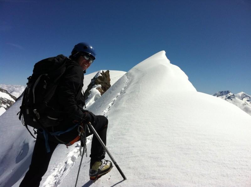 Die Berghütte steht am Rand des Abgrundes im Wallis.