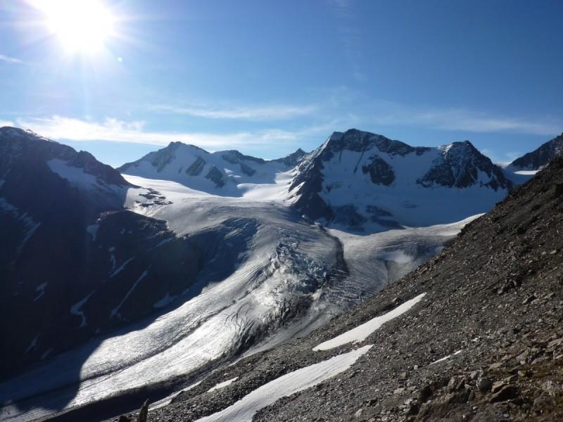 Die Sonne strahlt über die Gipfel bei der Ötztaler Rundtour