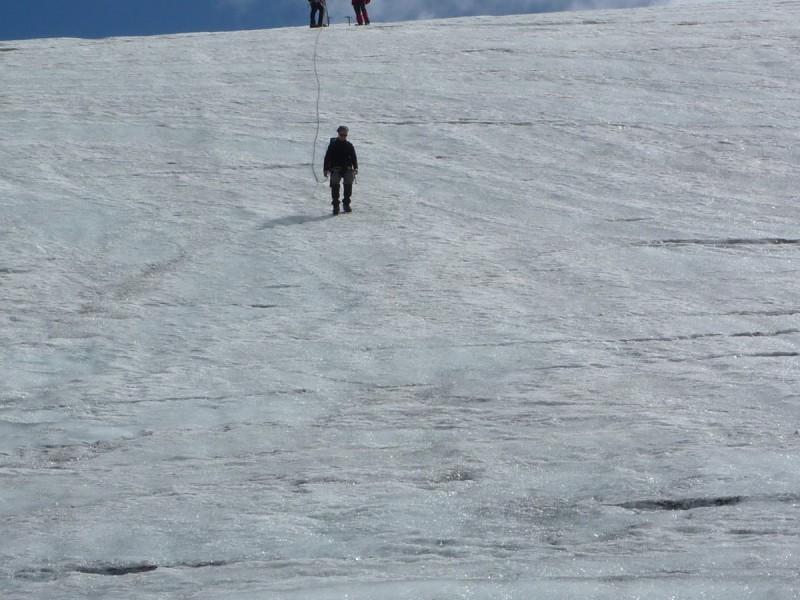 Die Dreiergruppe Bergsteiger berät sich auf der Ötztaler Rundtour