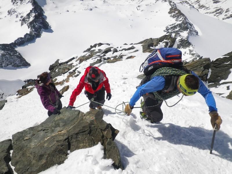 Die Bergsteigerin auf ihrem Weg zum Gipfelkreuz.