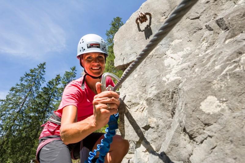 Beim Outdoorwochenende klettert der Kletterer am Fels.