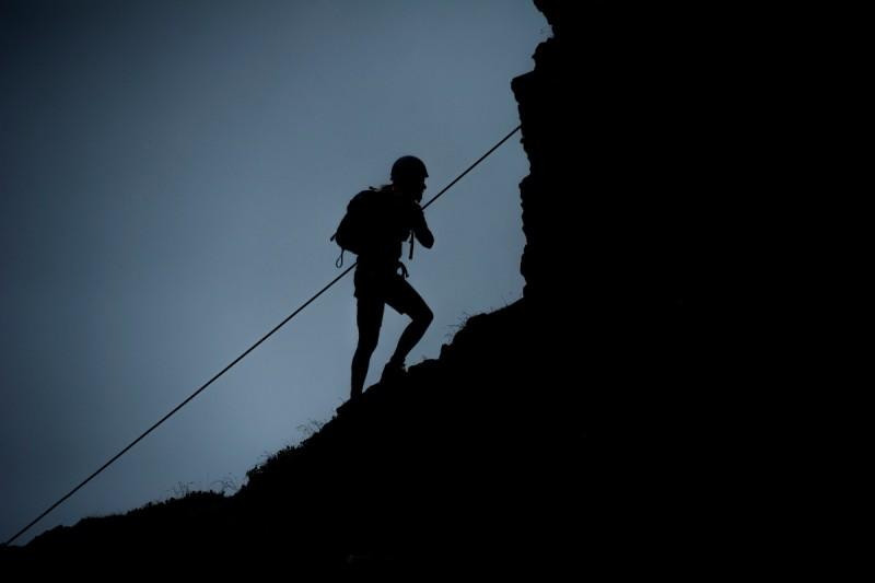 Die Kletterer steigen am Seil nach oben am Walser Klettersteig.