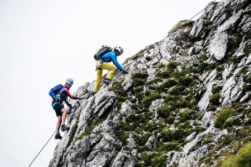 Die Gruppe geht am Seil am Walser Klettersteig.