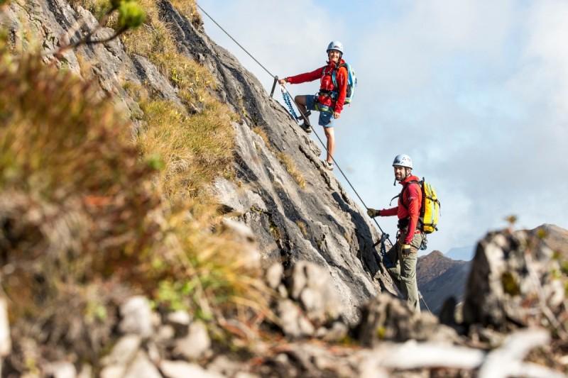 Der Kletterer steigt auf seiner Tagestour nach oben.