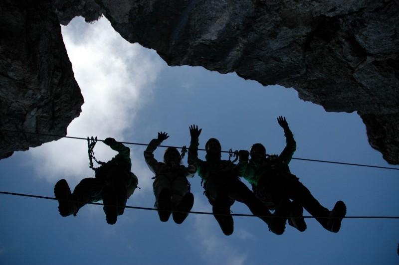 Karabiner und Seil schützen den Kletterer im Ernstfall.