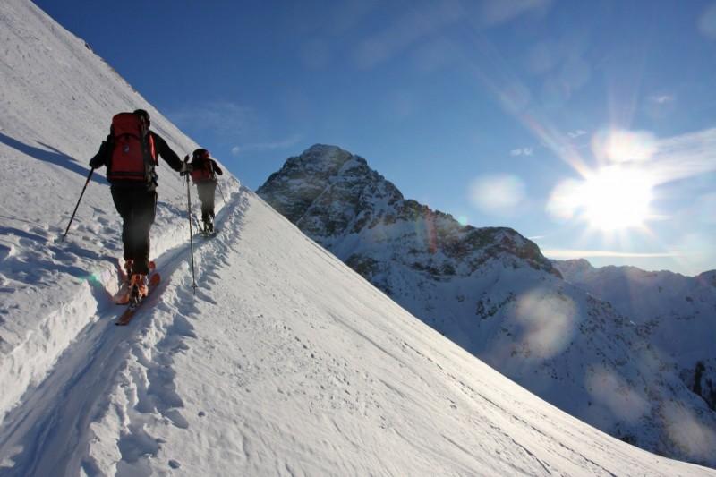 Zwei Skitourengeher bei der Abfahrt im verspurten Tiefschnee bei der Tour Skiplus Arlberg.