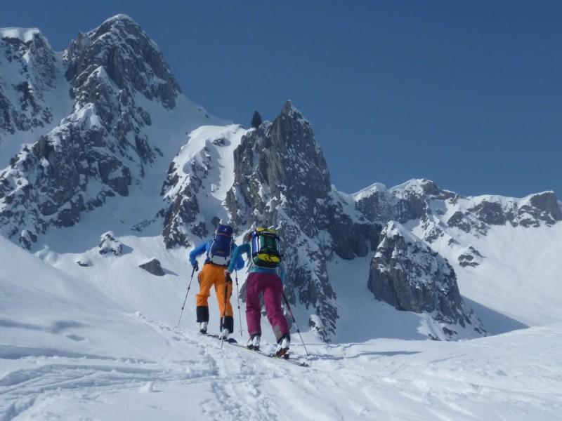 Vier Tourengeher beim Aufstieg bei der Tour Skiplus Arlberg.