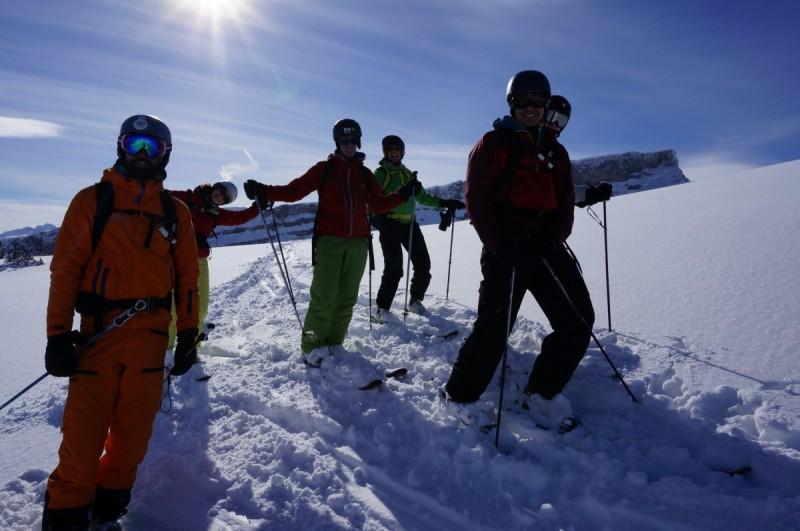 Mehrere Skispuren im Tiefschnee in traumhafter Berglandschaft.