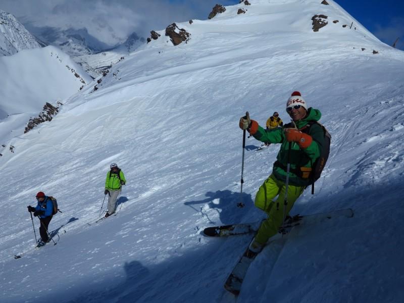 Skifahrer bei der Abfahrt vom Gipfel bei einem Lawinenseminar fuer Freerider.