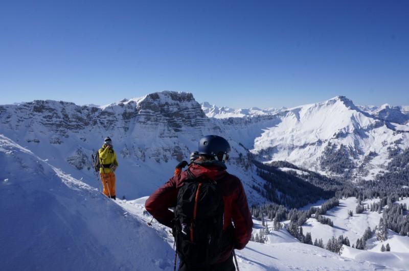 Mehrere Tourengeher am Gipfel vor herrlichem Bergpanorama bei der Tour Skiplus Arlberg.