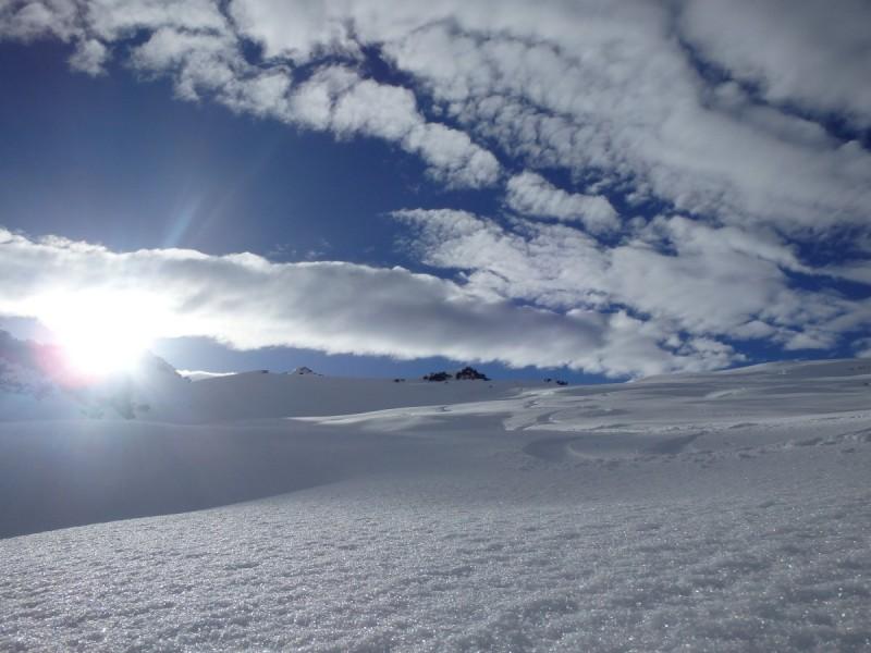 Zwei Skitourengeher beim Aufstieg vor strahlend blauem Himmel bei der Skitour Sellrain II.