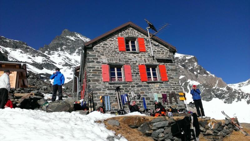 Im Vordergrund zwei Tourenski, dahinter mehrere Tourengeher beim Aufstieg bei der Skitourenwoche Haute Route.