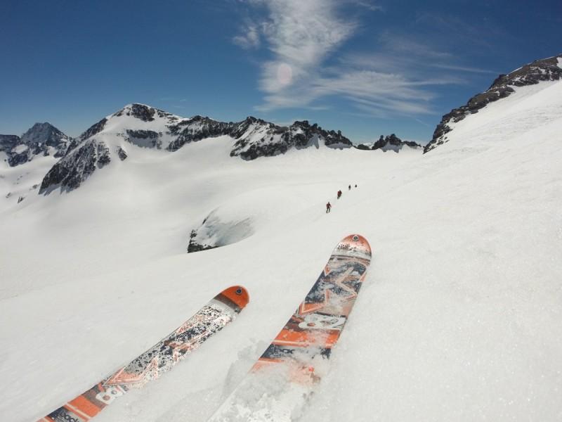 Skitourengeher bei einer Pause vor einer Berghütte bei der Tour Skitourenwoche Haute Route.