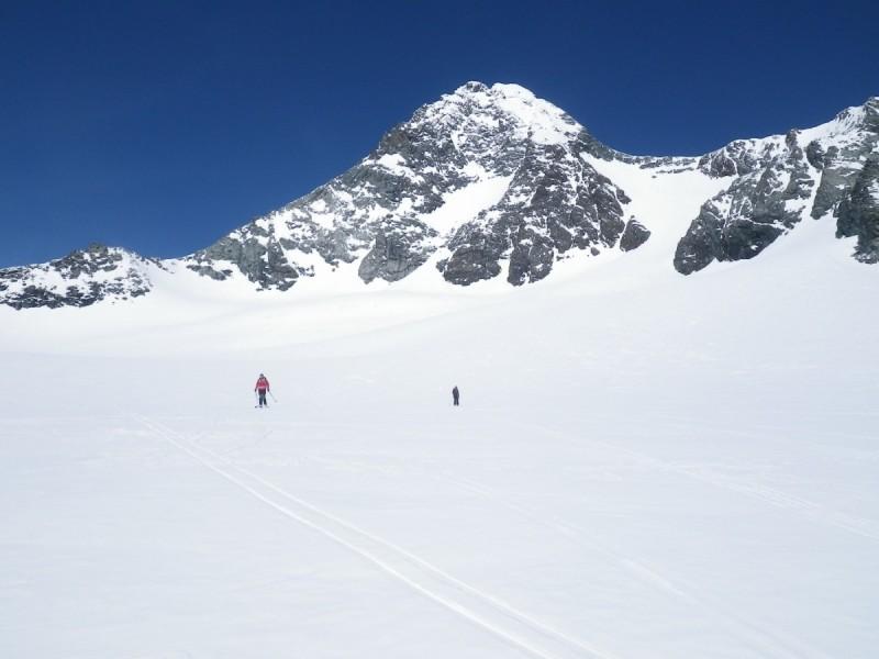 Skitourengeher angeseilt auf einem Grat bei der Tour Großglockner im Winter.