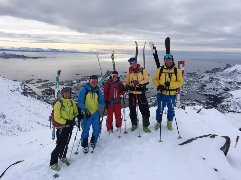 Skifahrer in ungespurtem Gelände bei der Abfahrt bei der Tour Skitourenreise Norwegen.