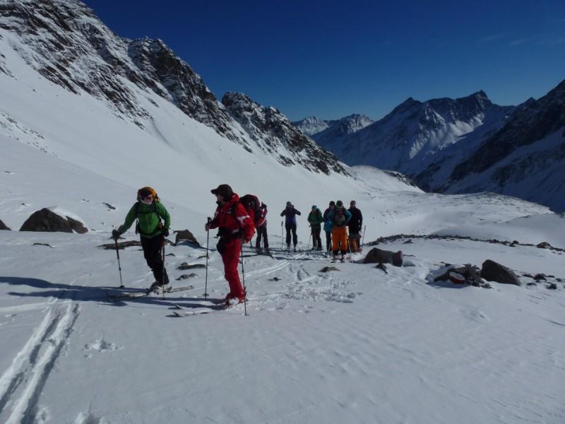 Zwei Skitourengeher angeseilt auf dem Gipfel bei der Tour Quer durch die Silvretta.