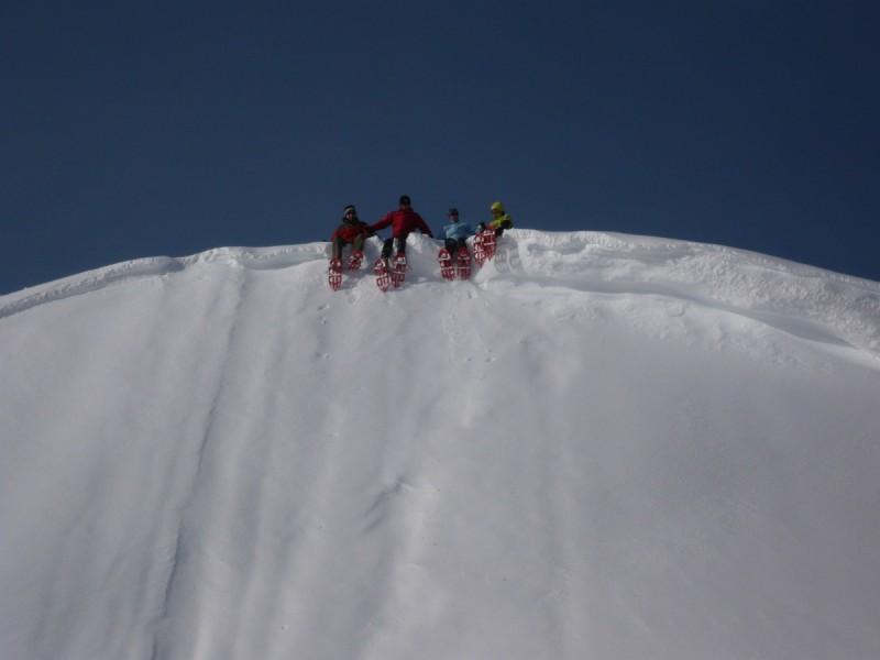 Die Hütte fest im Blick beim Schneeschuhwandern.