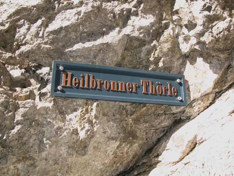 Wegweiser weist zum Biberkopf auf dem Heilbronner Höhenweg.