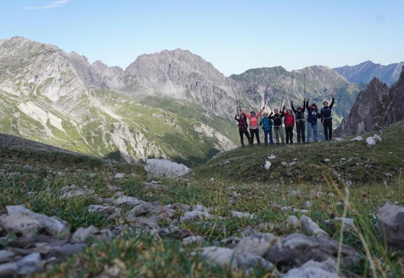 Wandergruppe mit Bergkette im Hintergrund