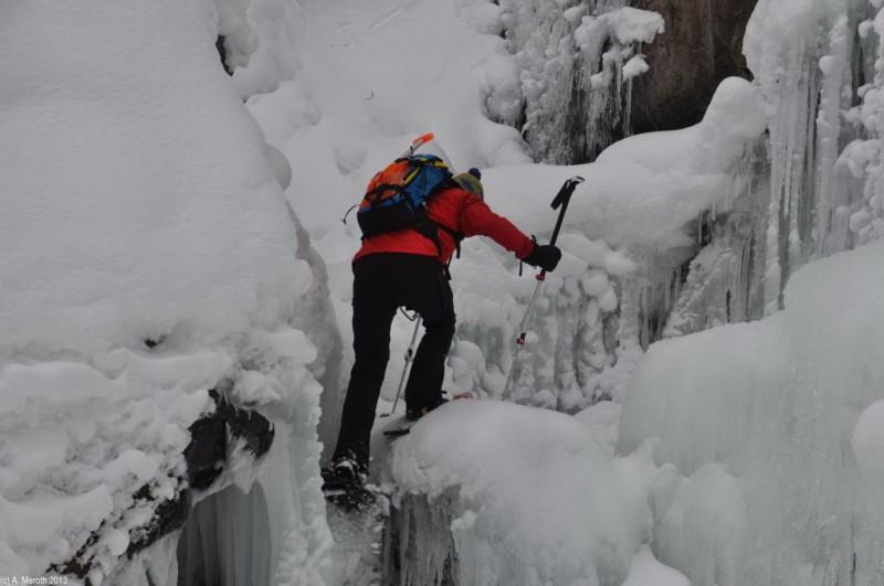 Schneeschuhwanderer blicken zurück auf ihre Strecke.