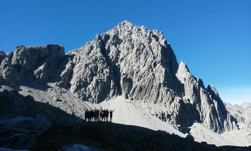 Durch die Alpen wandern und die Ruhe genießen.