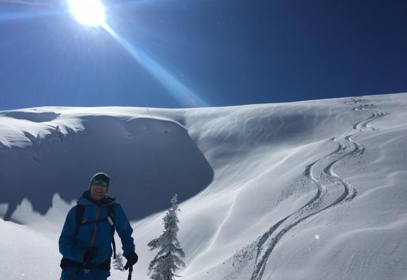 Mehrere Tourengeher auf dem Weg zum Gipfel bei einer Tages-Skitour.