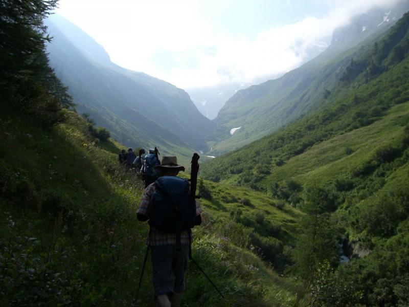 Gruppe blickt in die Ferne und genießt die Alpen.